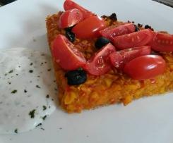 Pikanter Kürbiskuchen mit Sojajoghurt-Kräutersoße (Vegan)