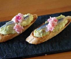 Pintxos (Tapas) mit Guacamole und Sardellen