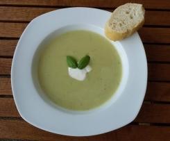 Zucchini-Suppe mit Schmelzkäse (einfach und schnell)